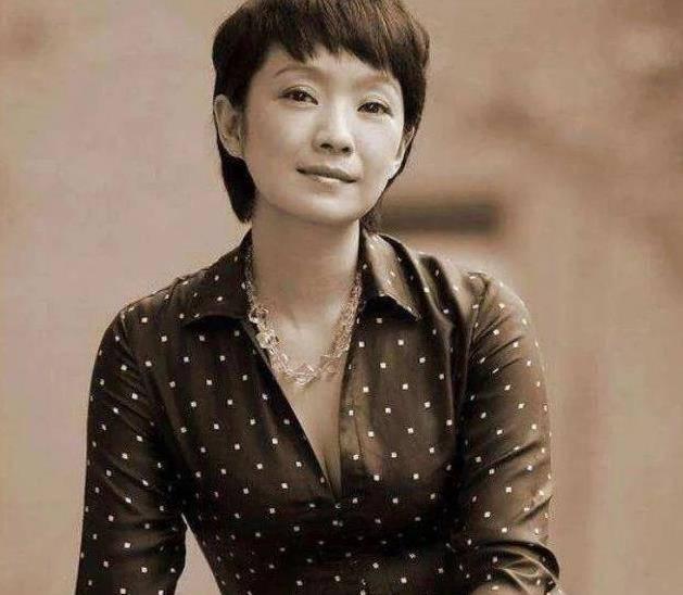 她离婚获得24亿分手费,二婚嫁给张嘉译,如今50岁被宠成公主