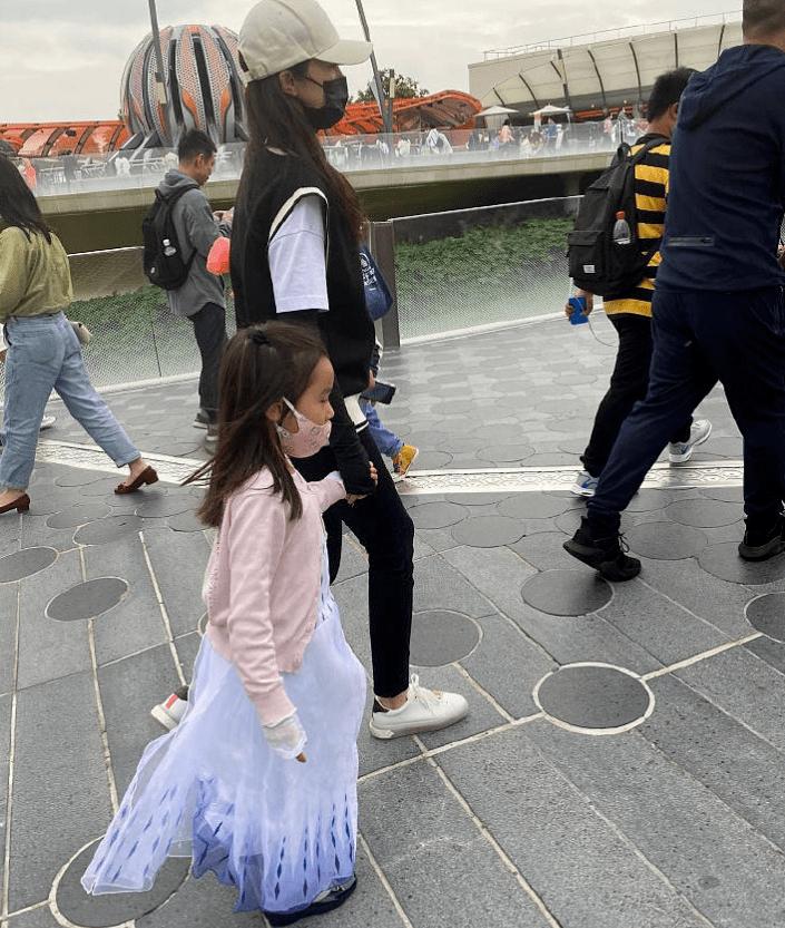 董璇带女儿游迪士尼,穿蓬纱裙显可爱,一双眼像极了高云翔