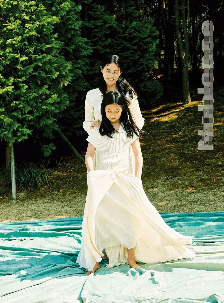 李英爱携爱女拍写真,10岁承彬气质好身高到妈妈肩膀