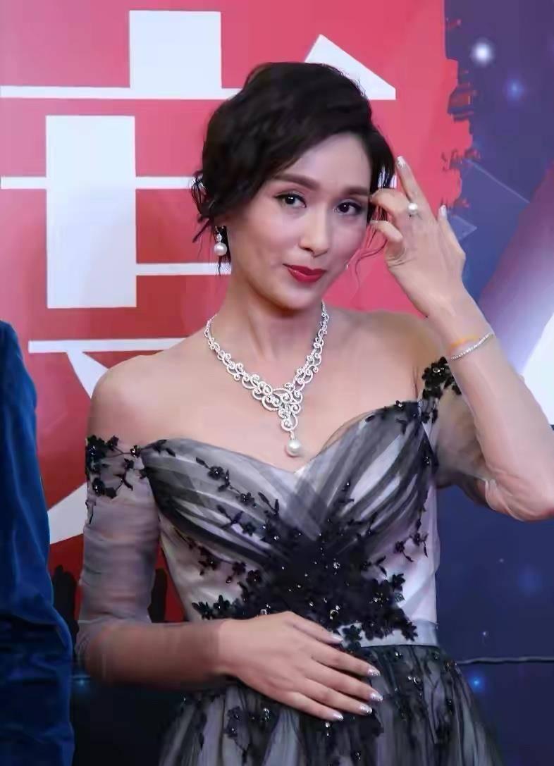 """杨恭如保养得真不错,穿一字肩礼裙很优雅,不愧是""""天然女神"""""""
