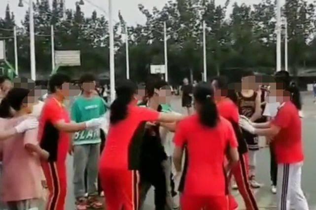 河南广场舞大妈与小伙争篮球场起冲突,民警介入