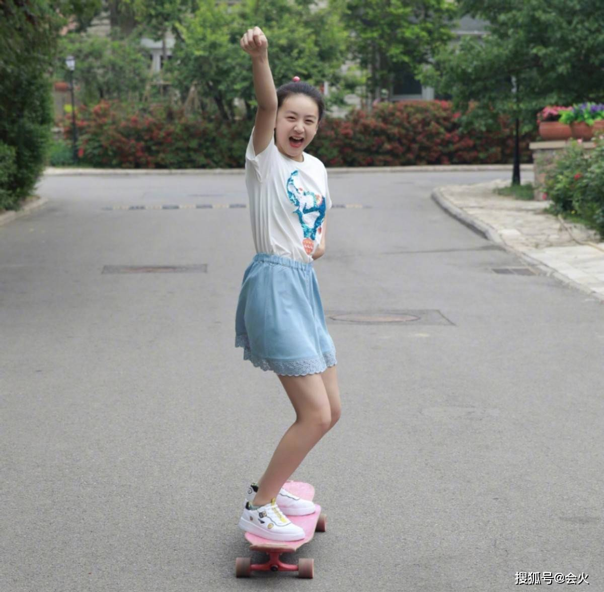 13岁森碟运动照太惊艳!挥拍有力腿部肌肉抢镜