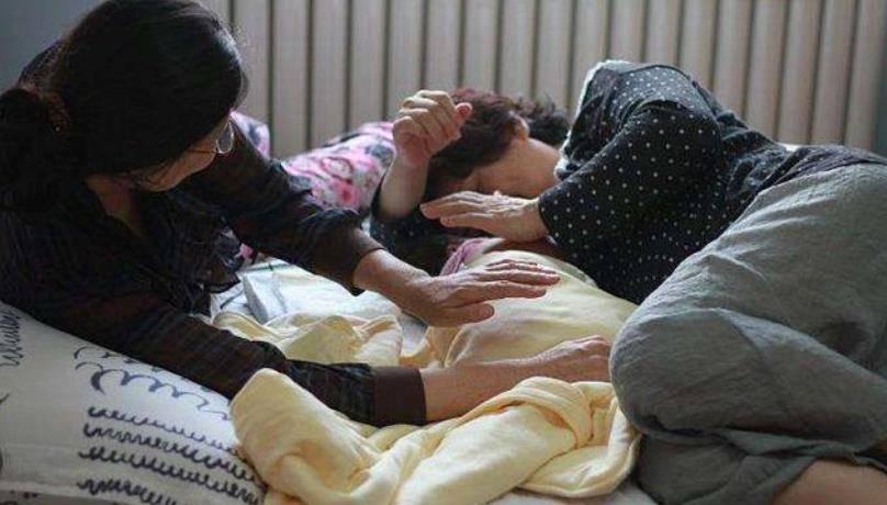孩子和奶奶睡觉从来不哭,母亲偷扒门缝怒了:不要脸了?