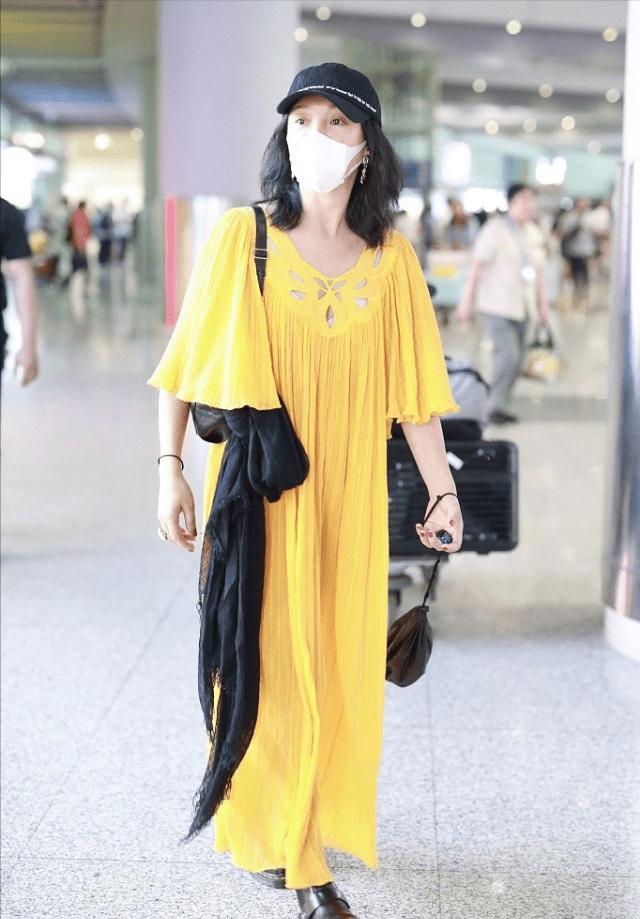 优雅女性夏季出门不能缺少丝巾,丝巾搭配显气韵十足更有女人味了