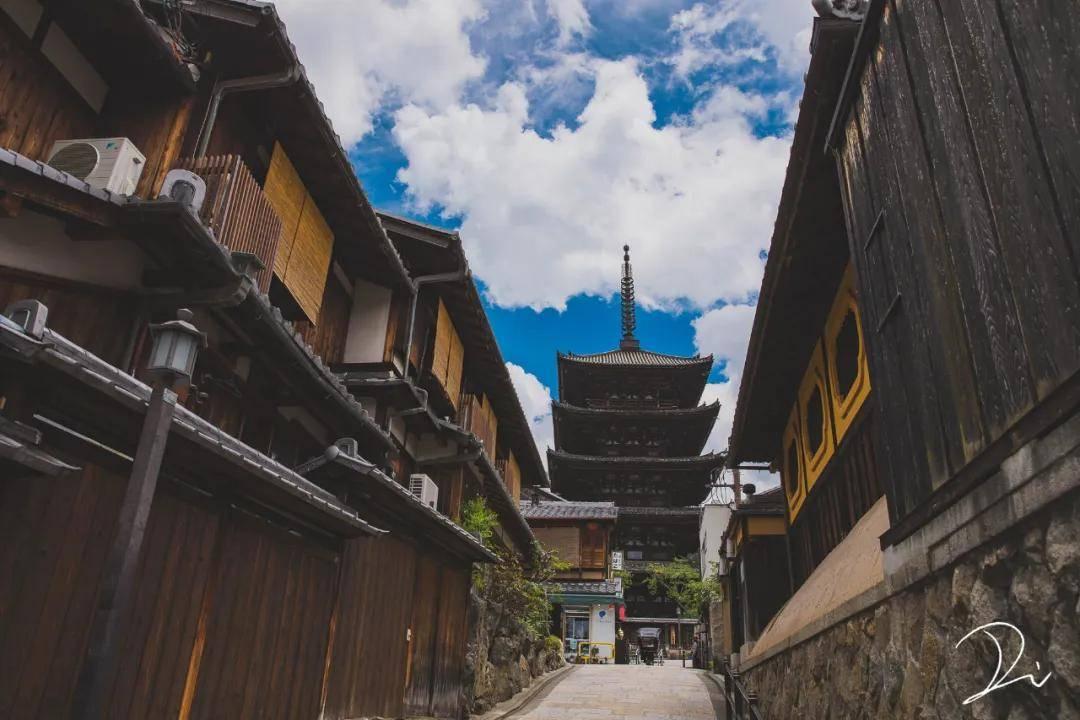 红墙、蓝天、白云,这才是夏天打开京都的正确方式!