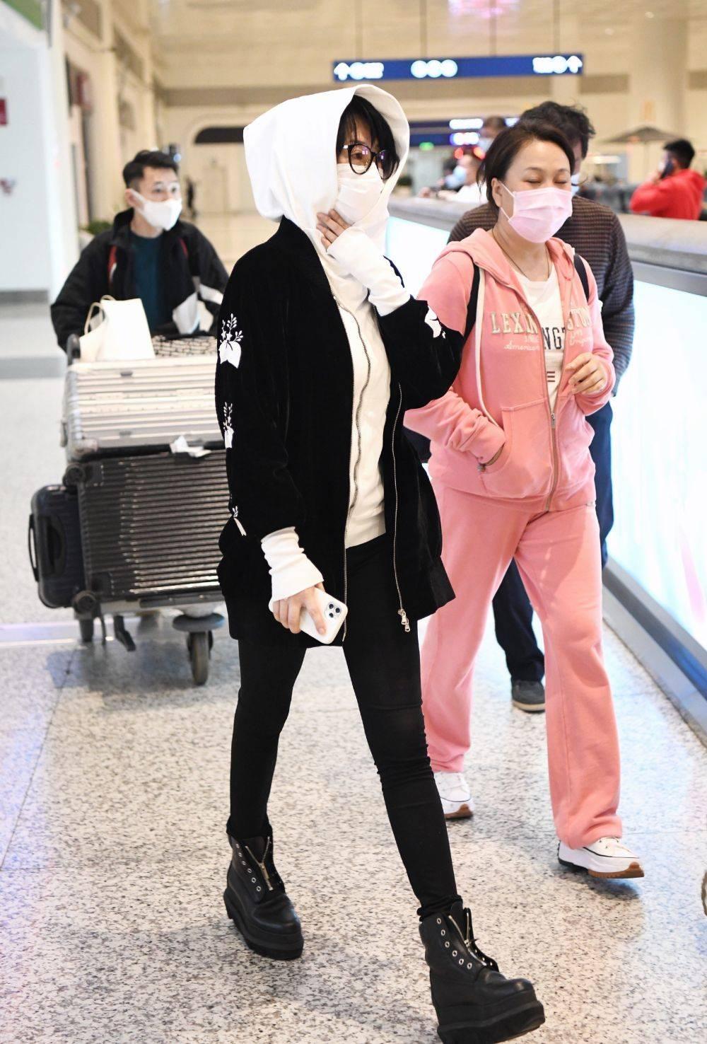 許晴罕見走機場,鞋子讓人一言難盡,素顏膚色黝黑暴露真實狀態!