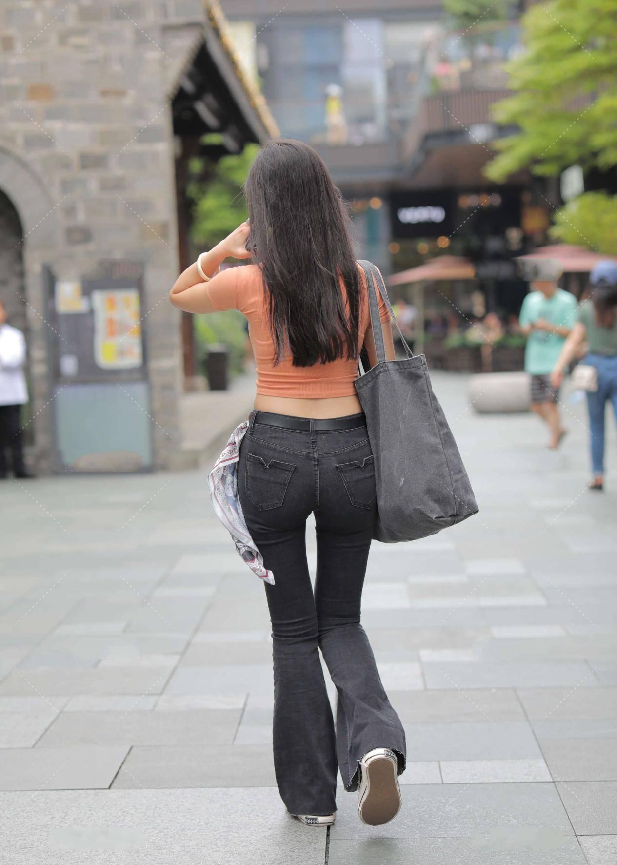 橘黃色短款上衣,青春亮麗,搭配高腰褲,顯高又顯瘦
