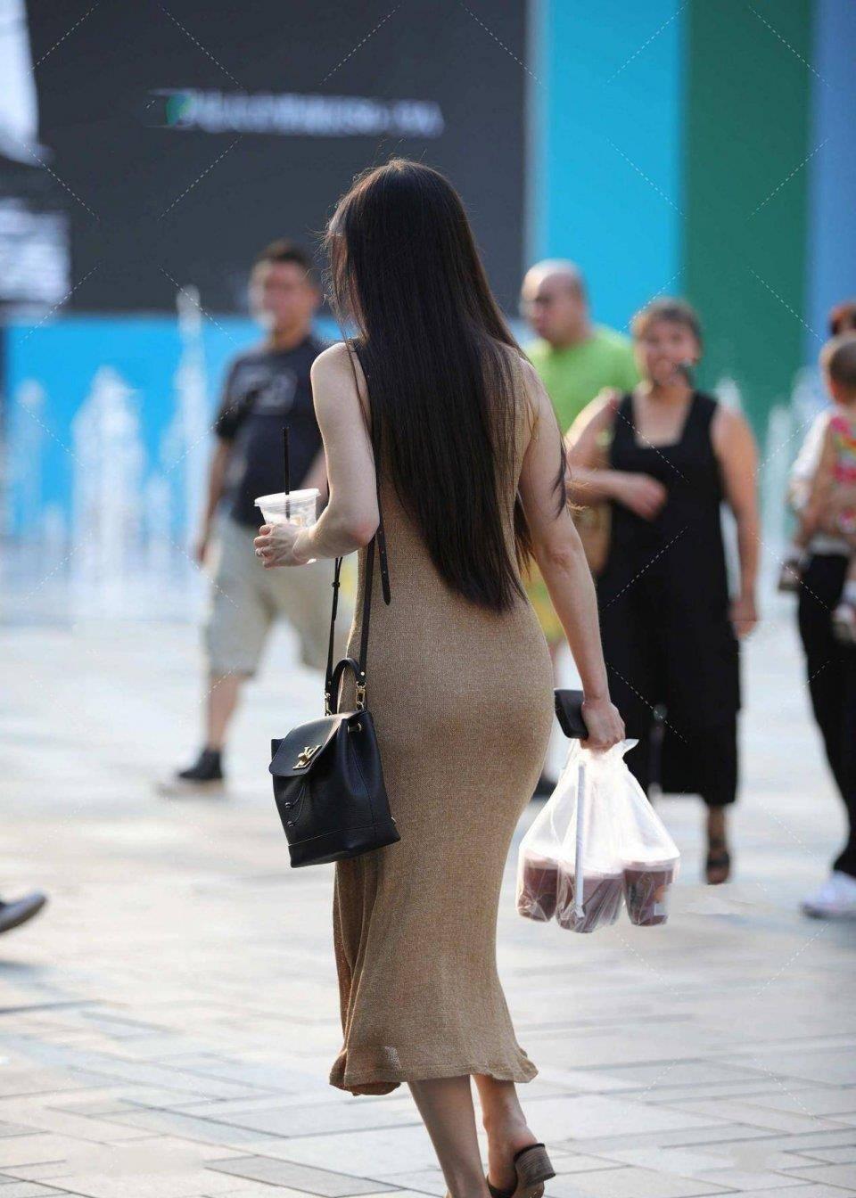 夏天想要穿得清爽簡潔,試試吊帶加短褲吧