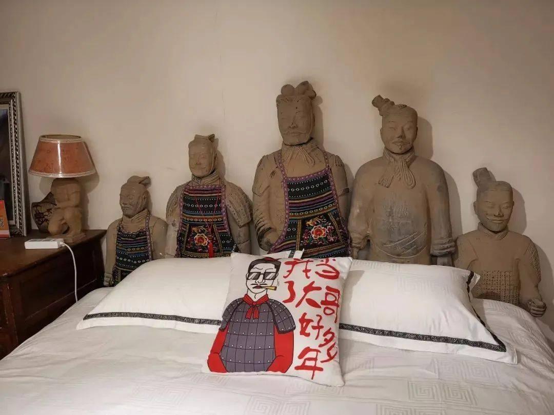 这家离谱酒店火了!网友:被兵马俑瞪着围观一夜,你睡得着吗?