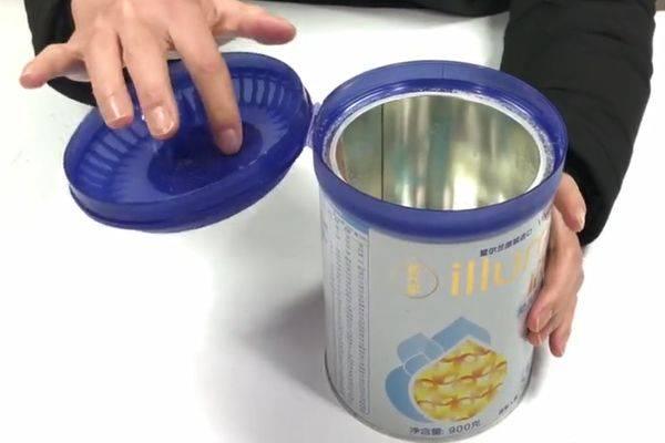奶粉罐上的盖子别再扔了,粘在插座上超实用,可惜知道的人很少!