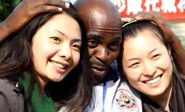 某高校组织留学生包粽子:1个留学生配2个女伴,外国友人都玩嗨了