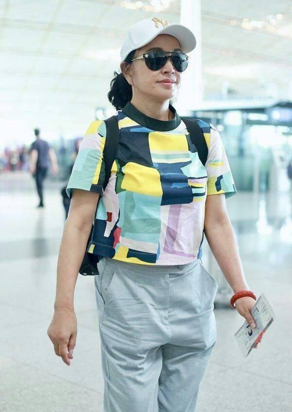 原创             刘晓庆终于肯服老,走机场踩平底鞋,脸上焉瘪的皱纹也不再遮掩!