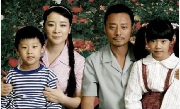 51岁陈小艺近照,老公虽丑却捧红了张嘉译,19岁儿子高大帅气