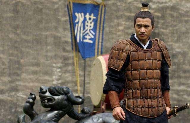 皇帝請大臣吃飯卻不給筷子,大臣吃罷離開后皇帝說: 此人留不得