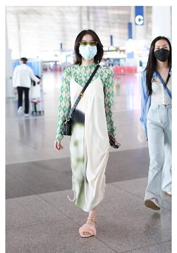 張雪迎走機場,綠色印花T恤配白底暈染吊帶裙,清爽時髦有格調