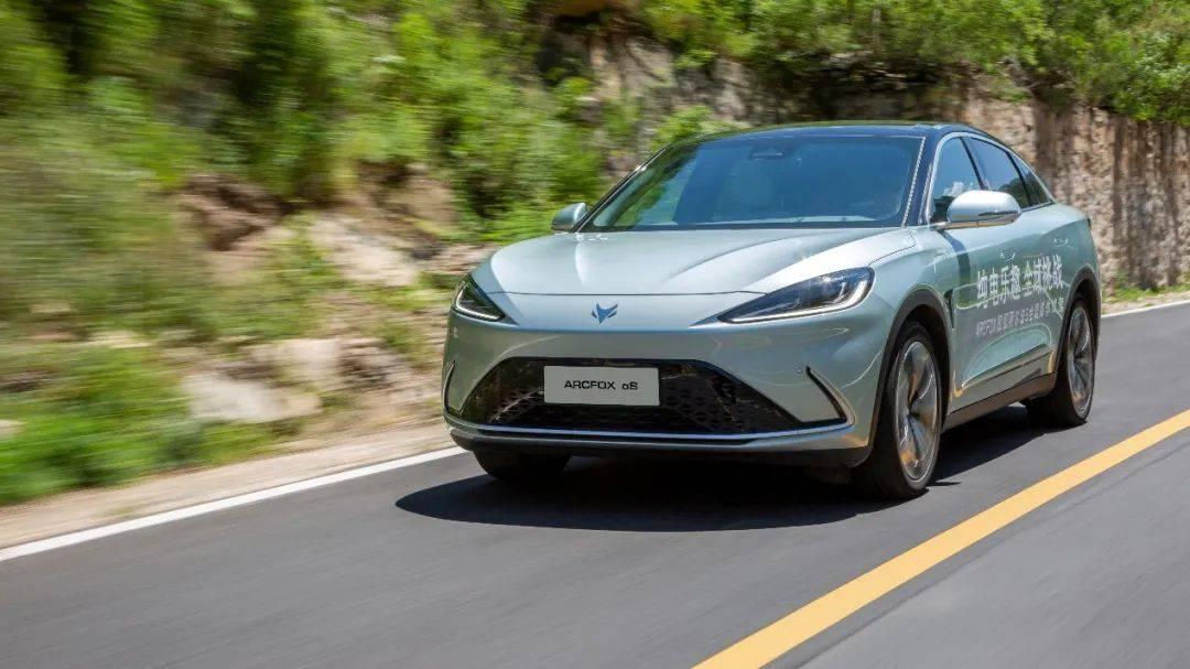 自主豪華轎車!售價不便宜的極狐 阿爾法S表現如何?
