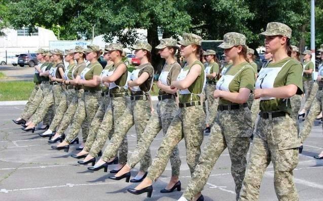 参加阅兵的女兵们,通常都穿什么?乌军方要求穿高跟鞋结果被骂惨