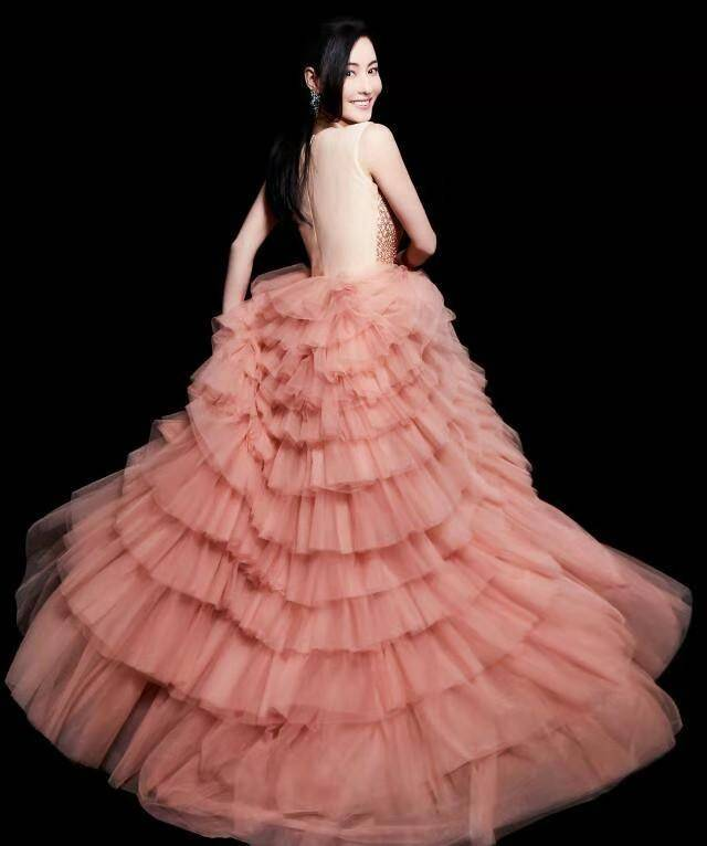 张柏芝登越南版《时尚芭莎》仙女裙下重现《喜剧之王》时的美貌