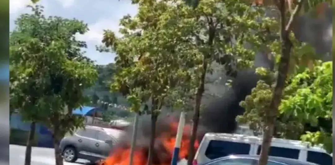 紧急!广西一小区门口两车相撞,摩托车油箱漏油着火