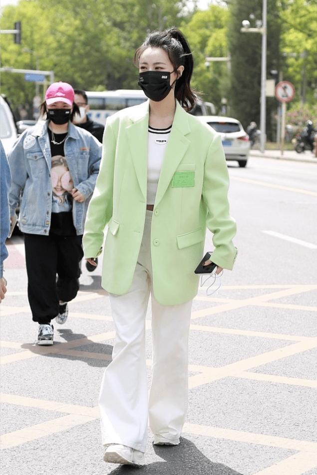 薇娅时髦起来真不输女明星,绿西装配白裤这样穿好清爽