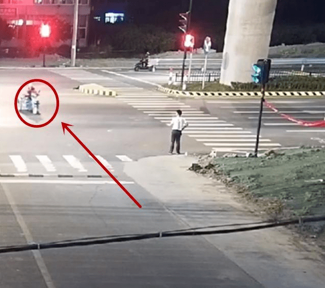 """骑三轮摩托车,闯了红灯又撞了宝马,这下""""人道主义""""也救不了你"""