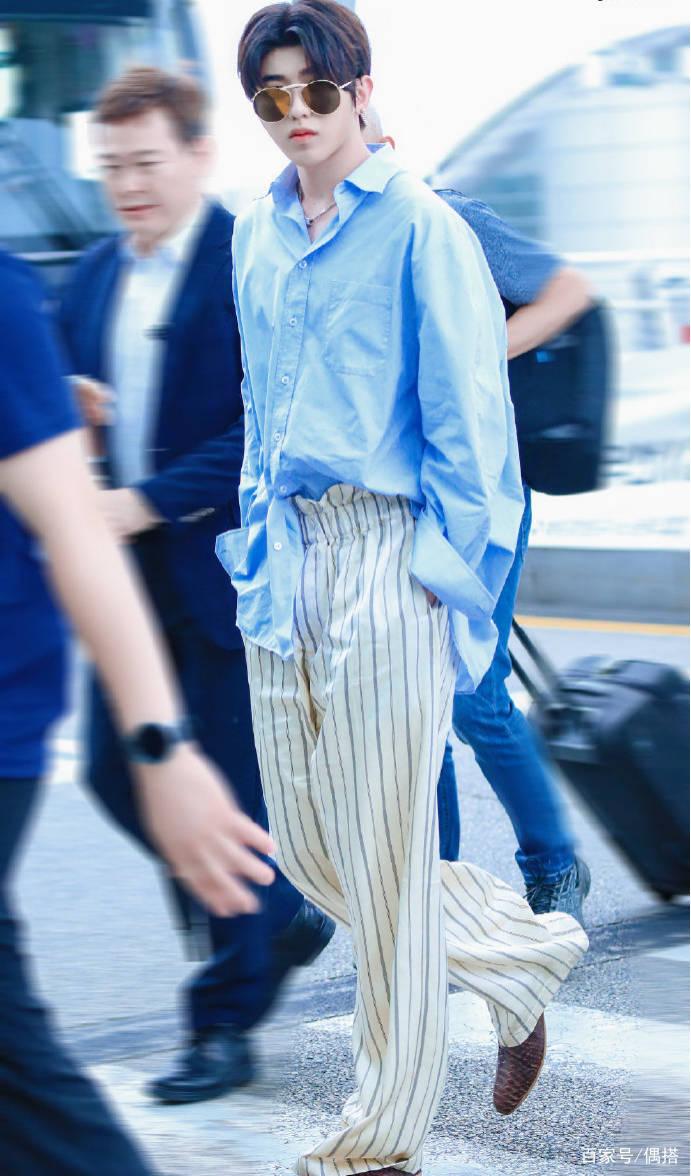 蔡徐坤好帅一男的!蓝色衬衫搭休闲裤 简约率性 但胖脸实力抢镜