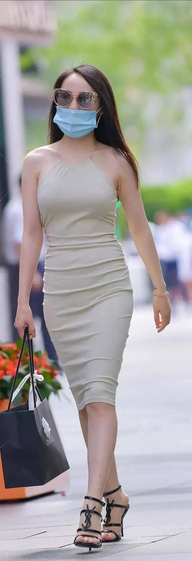 立体精美的连衣裙装扮复古感十足,展现你的靓丽气质,低调大气