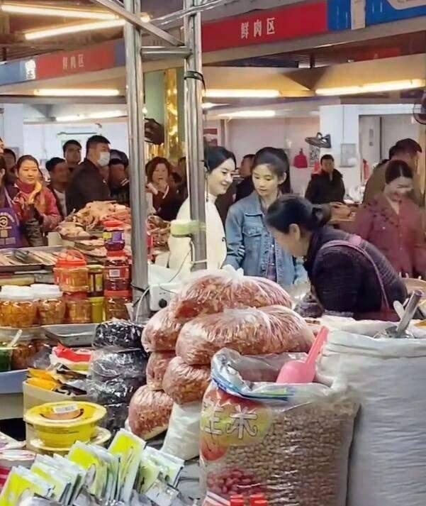 赵丽颖现身菜市场拍戏,村妇装扮老气十足,淡妆出镜气质突出!