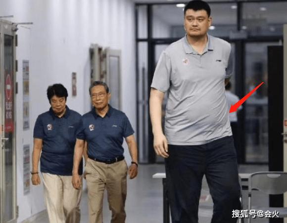 40岁姚明罕见现身胖一圈!脸部变宽肚腩圆滚