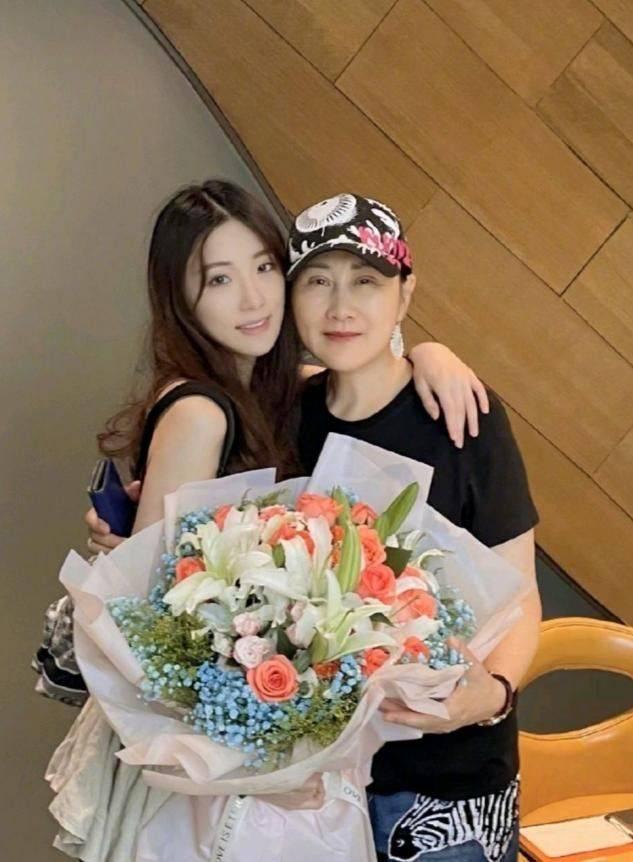 张凯丽晒合影给女儿庆生,58岁的皮肤松弛僵硬,老得一点不真实!