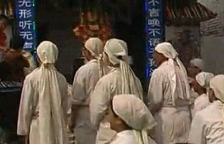 人死后要用布将脸遮住,并非迷信,而是出于科学考虑
