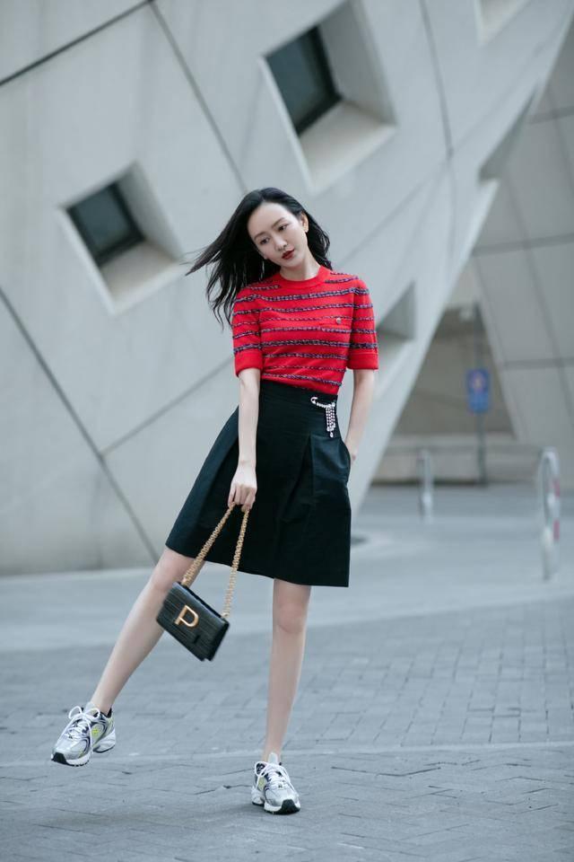 """王鸥终于换风格了,红色针织衫配半裙显活力,""""小鸟腿""""好吸睛uah"""