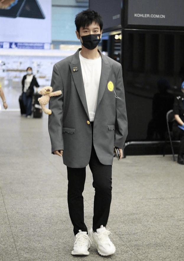 黄晓明瘦没了油腻感 穿西装显得空荡荡 44岁还穿出元气少年气质