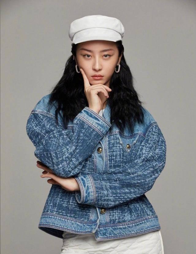 赵小棠妈妈太年轻了,母女看起来像好姐妹,网友:家族基因好强大