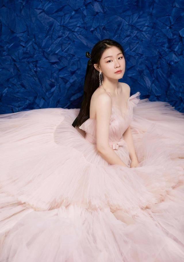 金婧穿吊带裙颜值创新高,眼影翻车,甜美似初恋!