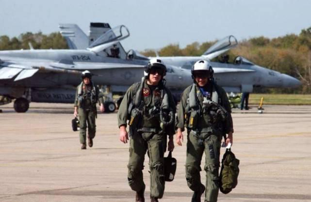 飞行员怕死弃机跳伞,20吨战机砸向地面,90名学生不幸遇难