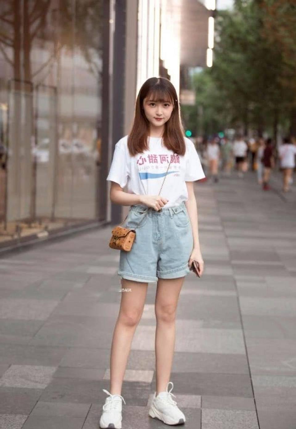 街拍,蓝色牛仔裤搭配甜心短袖,充满着帅气潇洒的活力