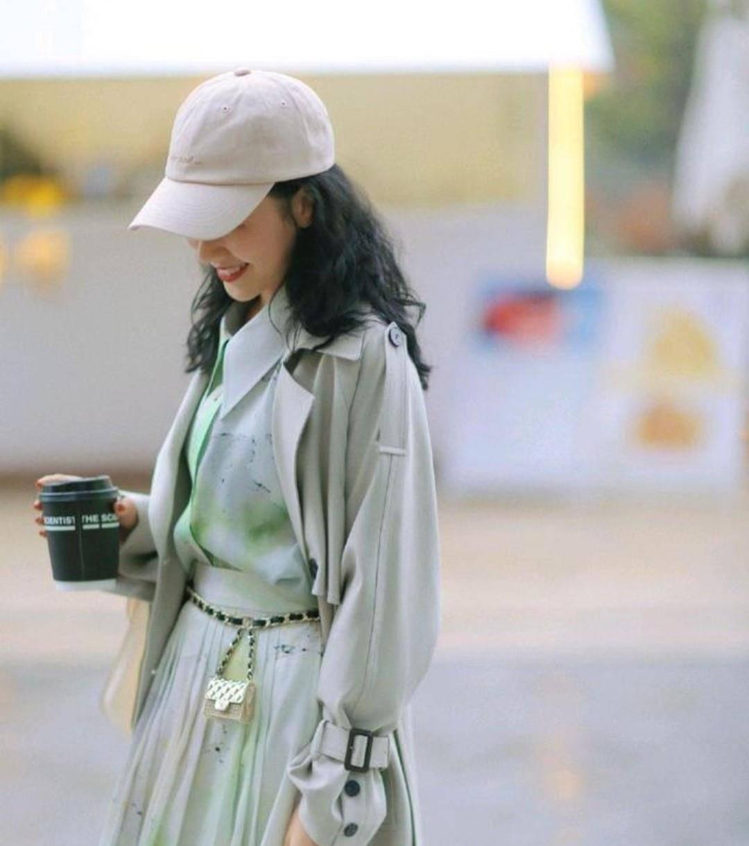 不要再穿过时外套了,如今流行穿风衣,这么穿让你时尚又好看