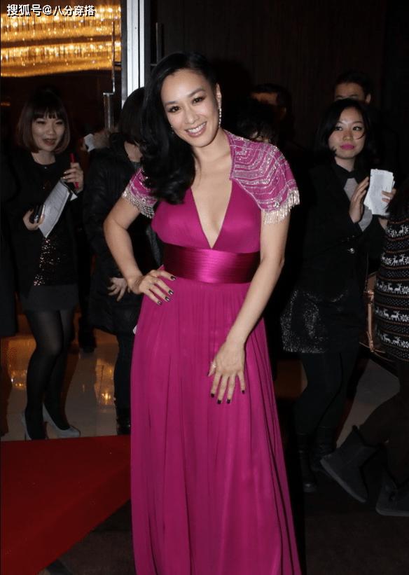 """钟丽缇穿出了""""微胖美精髓"""",玫紫色连衣裙优雅高贵,曲线丰盈"""