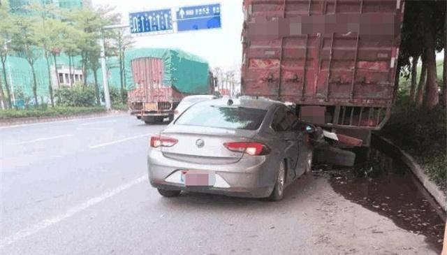 别克君威撞上大卡车,看完车损状况后,网友:不得不服