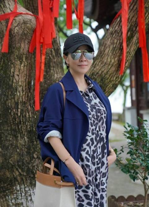 刘嘉玲拍了一张四口之家的合影 穿着豹纹连体裤 妈妈的豪华鳄鱼包太抢眼了