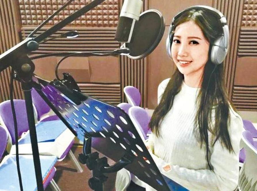 女歌手李明伟在葬礼上被火化 她的父亲手里拿着一个黑色的包离开了 他的眼睛哭得又肿又憔悴 想说再见?