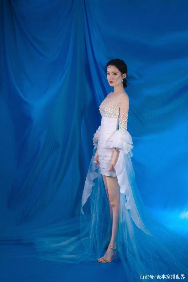 不愧是戏剧科班出身,李沁穿白色珍珠裙亮相,气质拿捏得妥妥的