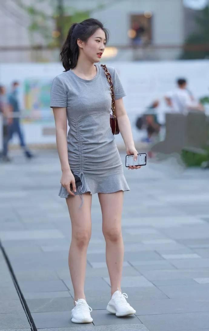 常规的连衣裙穿搭,简单又时髦,尽显休闲惬意的一面