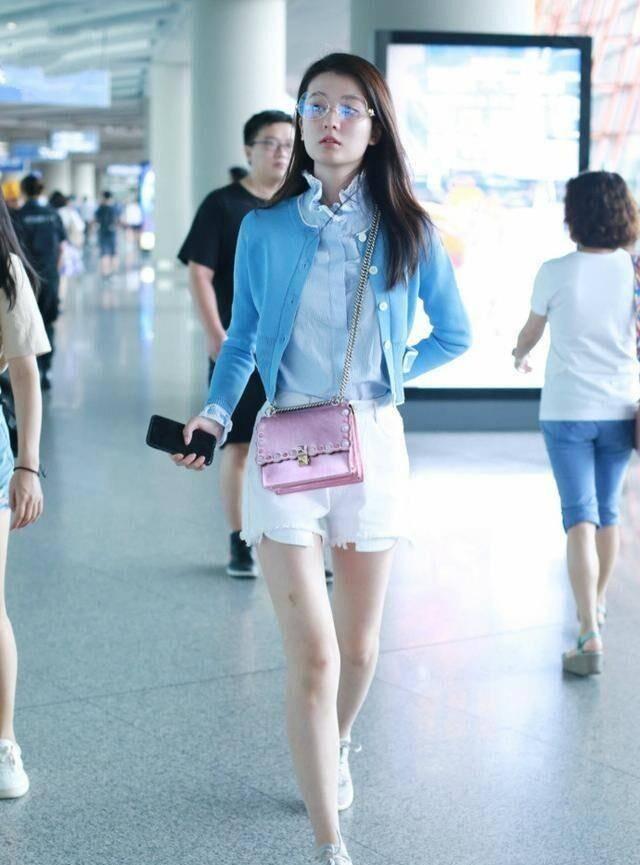 """乔欣又换回""""乖乖女路线"""",机场穿短裤甜美似邻家女孩,真时髦"""