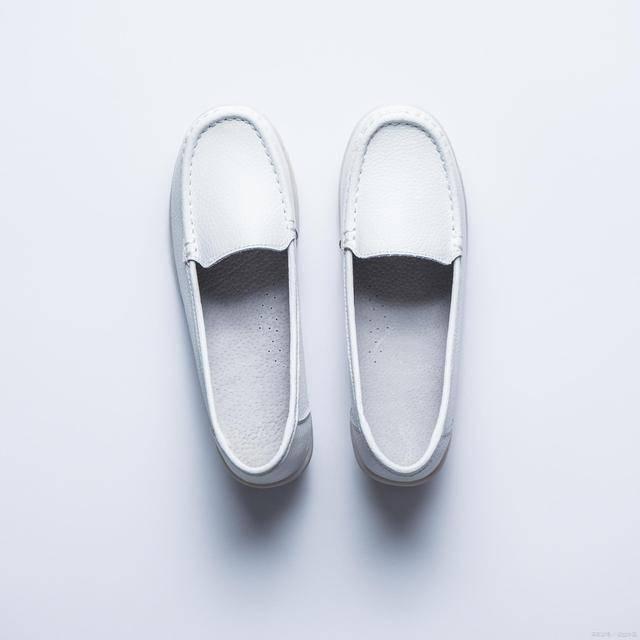 为什么小白鞋晒了就变黄阴干也变黄?