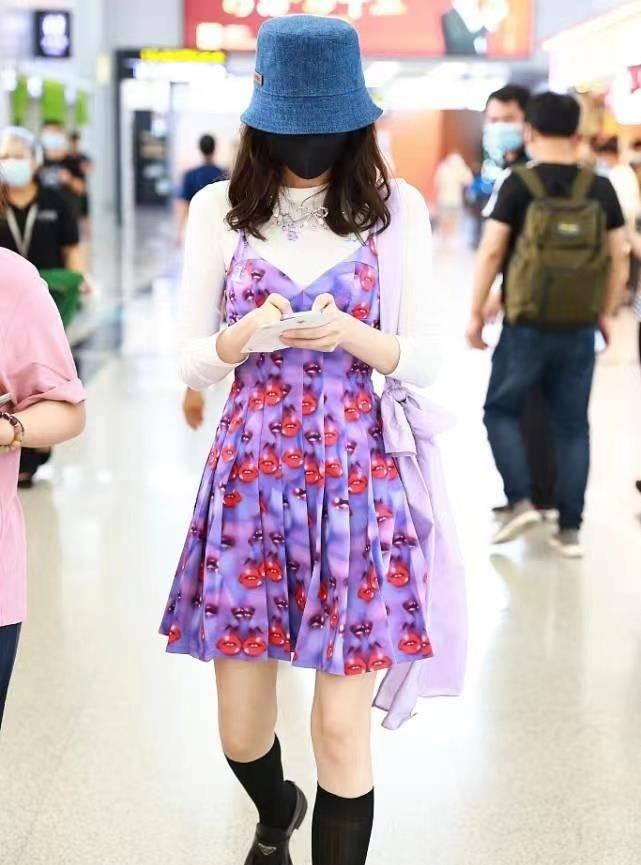 """也就娜扎敢""""乱穿"""",显老的土紫色背带裙,在她身上却洋气又时髦"""