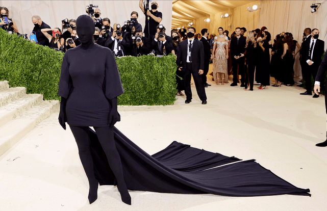 金卡戴珊红毯造型又出招!从头到脚蒙住像雕塑,还能看得清走路?