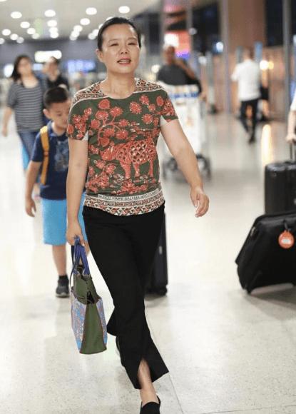 """龚琳娜太接地气,穿衣偏爱""""大妈衫"""",素颜走机场,哪里像个明星"""