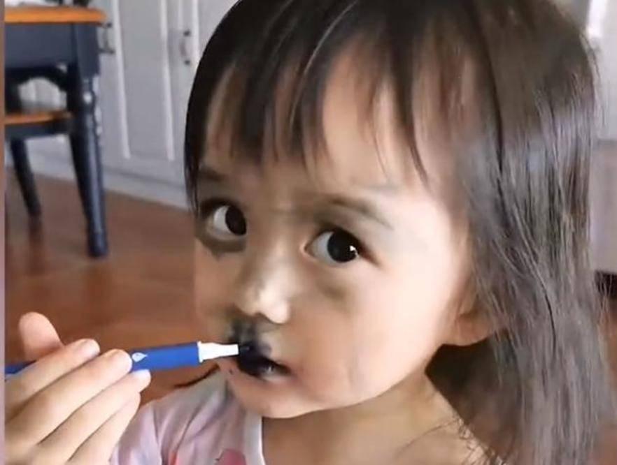 重庆小女孩模仿妈妈化妆,咧嘴一笑仿佛黑山小妖,画面不忍直视